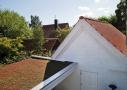 Grøn tagbeplantning på carport taget. Carport taget som ses fra indkørselen og fra 1. sal på hovedhuset, fik mos-sedum beplantning, som kan optage en stor del af regnvandet, og skal ikke plejes eller vandes. Bevoksningen ændre farve hen over året, og kan variere fra rødt, til grønt og næsten gulligt.