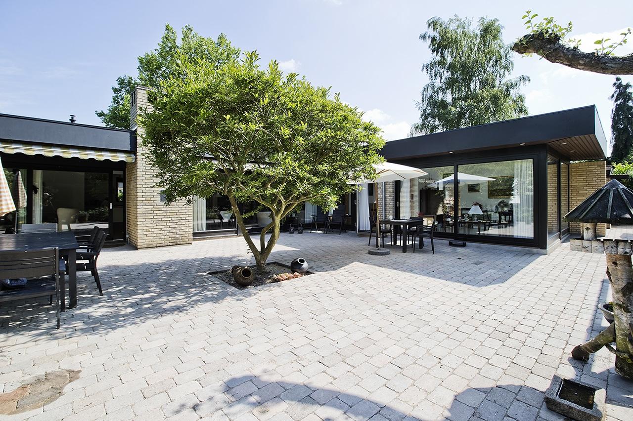 Udvidelse af parcelhus med respekt for arkitekturen, er løst ved bla. at bibeholde parcelhusets oprindelige udtryk ved at genanvende murstenene.