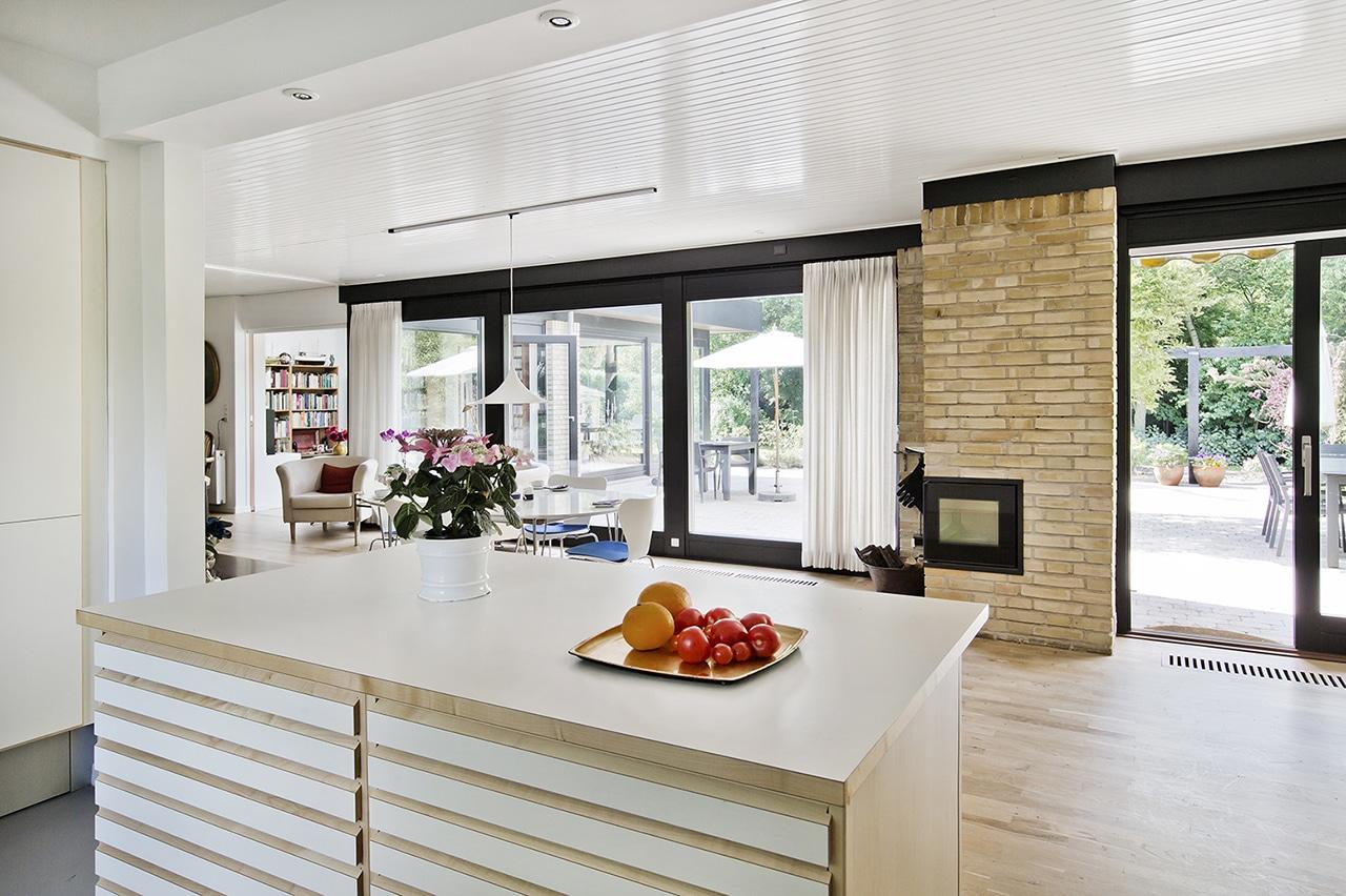 Udvidelse af parcelhus med respekt for arkitekturen, optimere kontakten mellem køkken og spise- og opholdsstue, samtidig med at det har givet fri udsigt til haven.