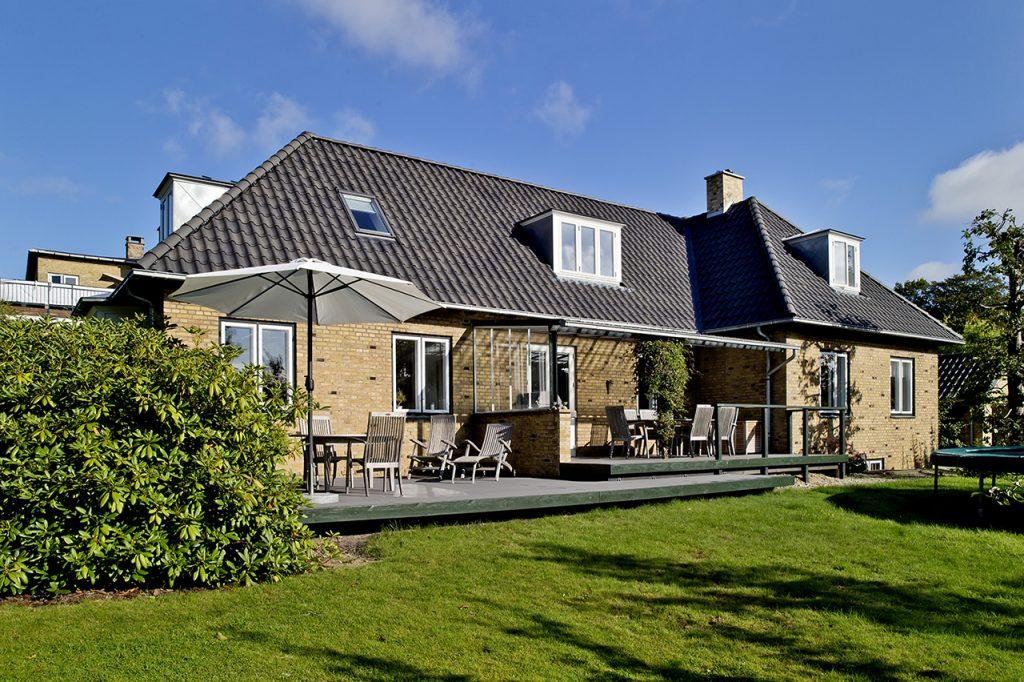 Moderne komfort uden at gå på kompromis med arkitekturen, huset og den dejlige terrasse