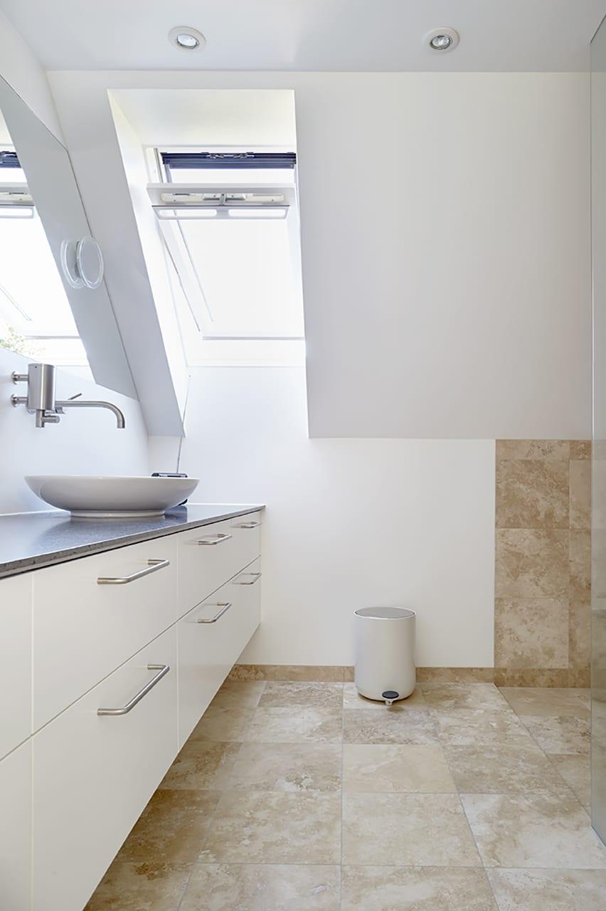Familien var så tilfreds med entreprenørens løsninger, at de også bestilte renovering af bad og toilet på 1. salen. Førstesalens entreprenørarbejde er udført af Conzept Aps v/ Frank Boas.