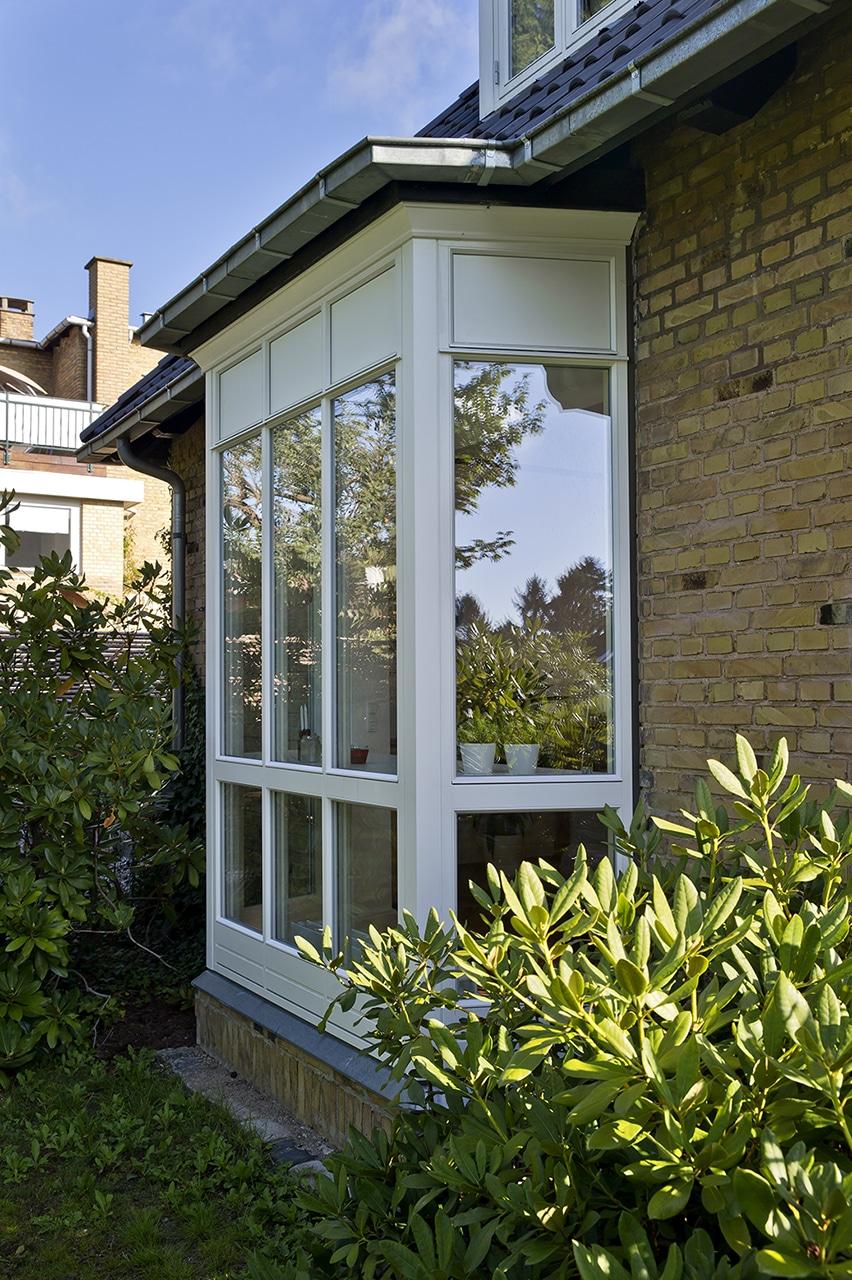 Glaskarnap udefra sikre dejlig dagslys i stuen.