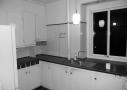 FØR renoveringen af køkkenet. Det originale køkken var snævert og indelukket, men er med renoveringen blevet funktionelt og hverdagspraktisk.