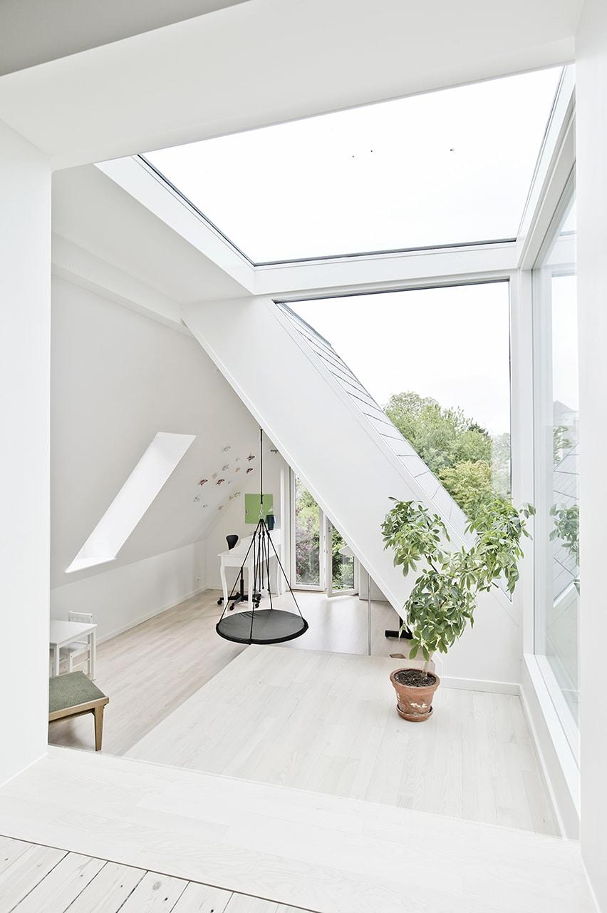 Klassisk murermestervilla fik nyt liv. Familien har tænkt i energiforbrug. Tilbygningens nye døre og vinduer er alle lavenergi.