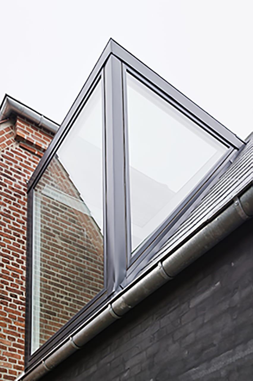 Tilbygningens nye glaskvist giver masser af dagslys til både villa og tilbygning