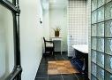 Badekar med direkte dagslys - toilet og bruseniche med diffust dagslys. Funktionsnicherne giver familien mulighed for at bruge badeværelset samtidig og samtidig bevare privatlivet.