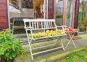 Den lille terrasse fungerer som en blid overgang mellem stue og have. Terrassen er belagt med brædder af træsorten Ipé.