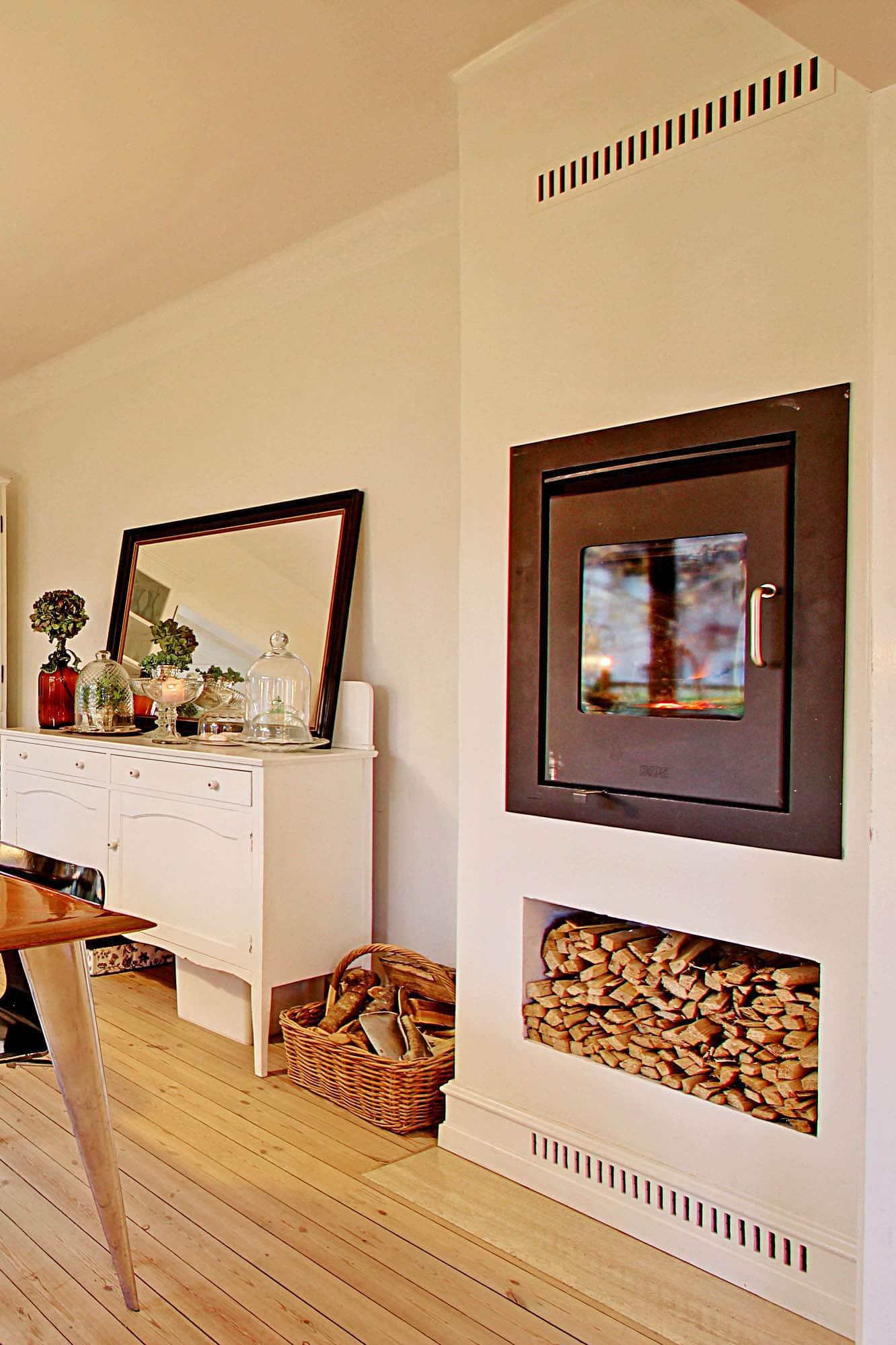 I den tidligere stue er der nu etableret en hyggelig spisestue med indbygget brændeovn i en god højde, så alle kan se ilden i den kolde sæson.