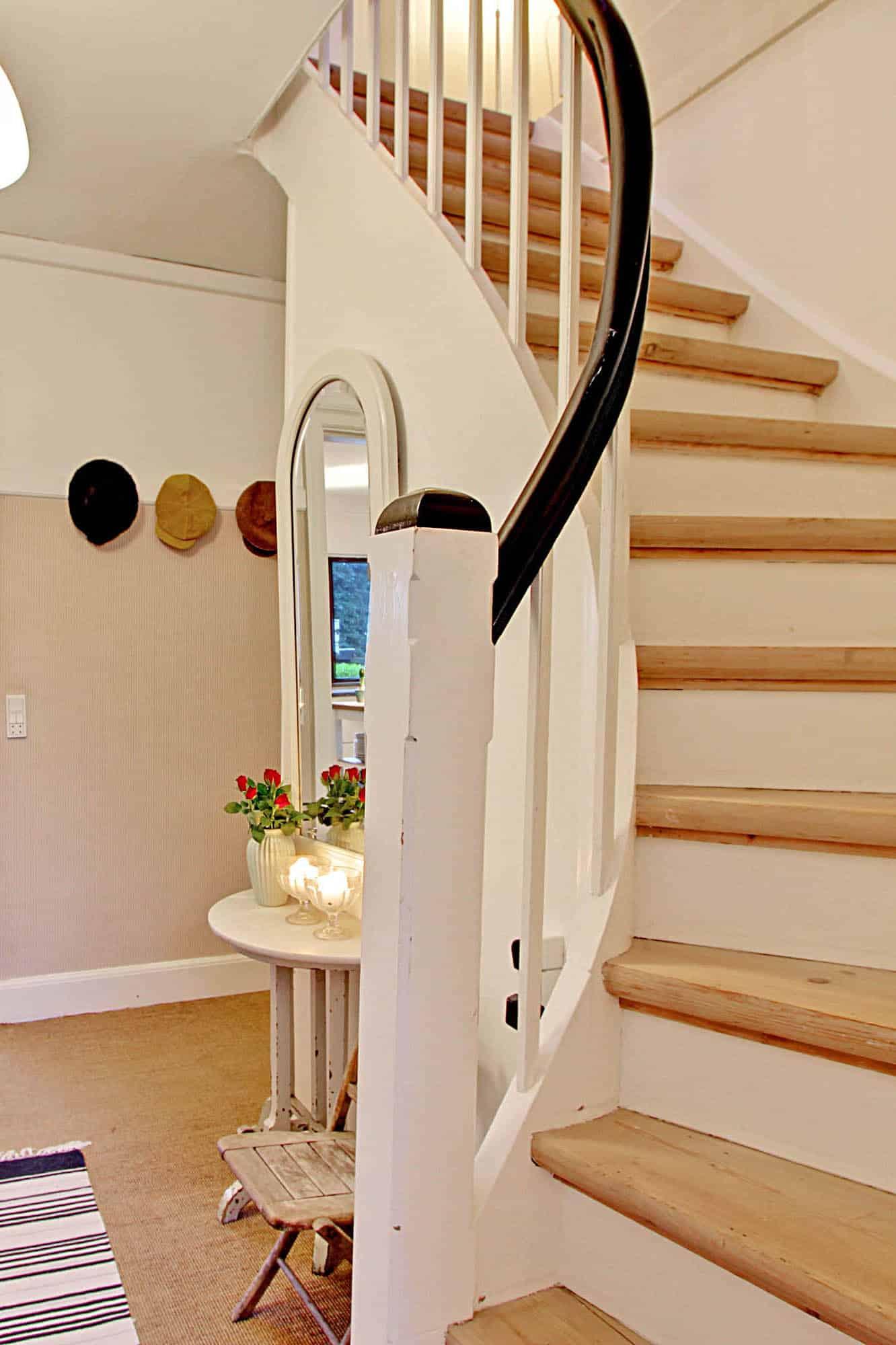 Trappe til 1. sal fra entre med indgang til køkken-alrum.