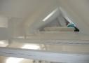 Stjernekig fra hemsen. Spidsloftet kunne lige akkurat indeholde en ekstra lille gæstesoveplads på hemsen. Et par ovenlysvinduer giver mulighed for ventilation og stjernekig.