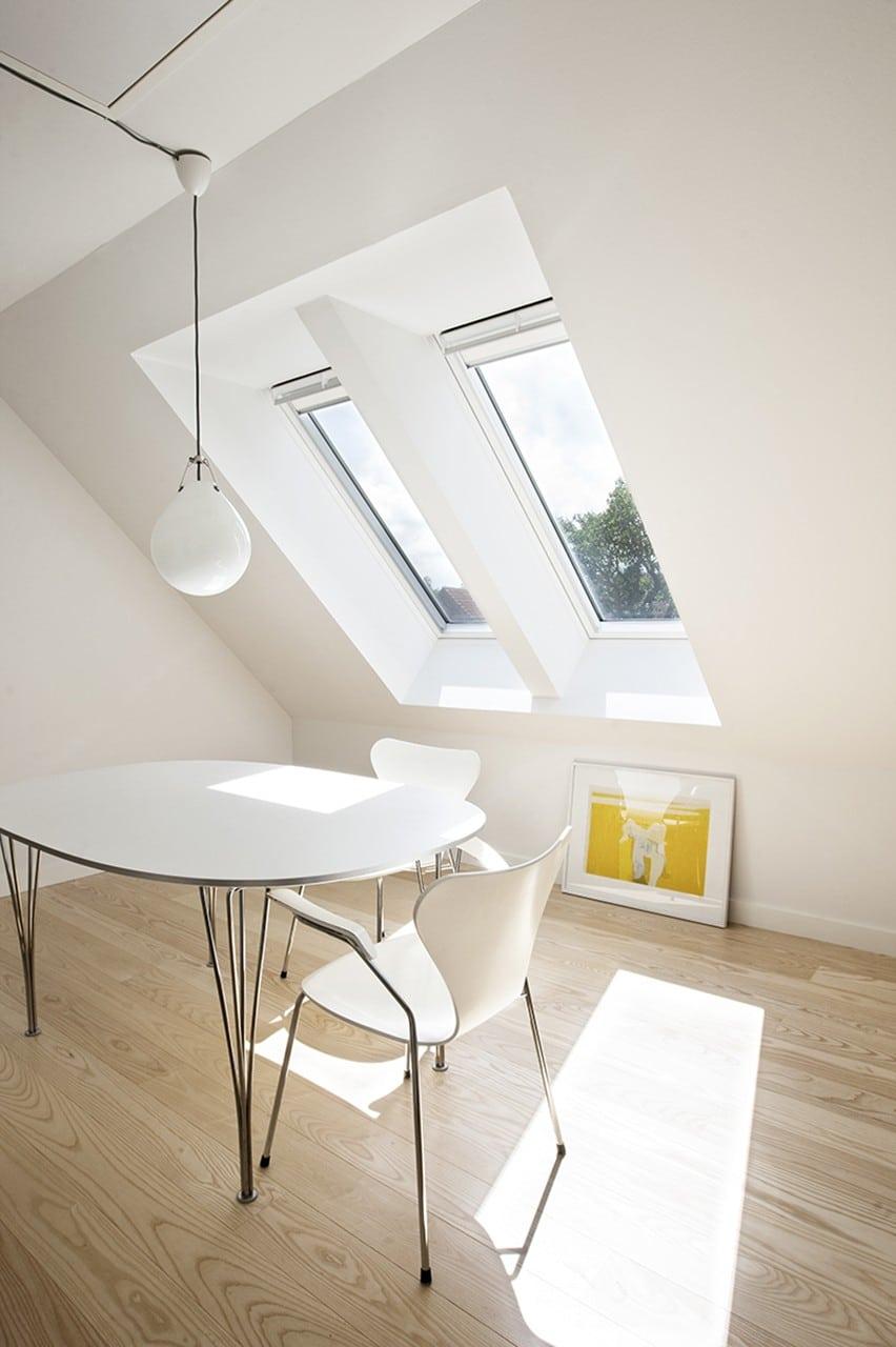 Ovenlysvinduer giver ekstra lys på 1. sal. På husets 1. sal er der sat nye ovenlysvinduer i, som skaber smukke lysindfald. Der er også lagt nyt gulv, og det lille badeværelse ved siden af soveværelset er blevet sat i stand med nyt væghængt toilet, hvilket frigiver ekstra plads.