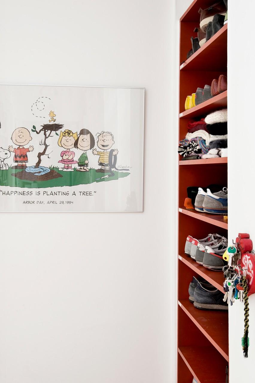 Tintin-galleri i entréen med forskellige rammer. Skoene har fået plads i en forsænket niche, hvor der tidligere var adgang til spisekammeret.