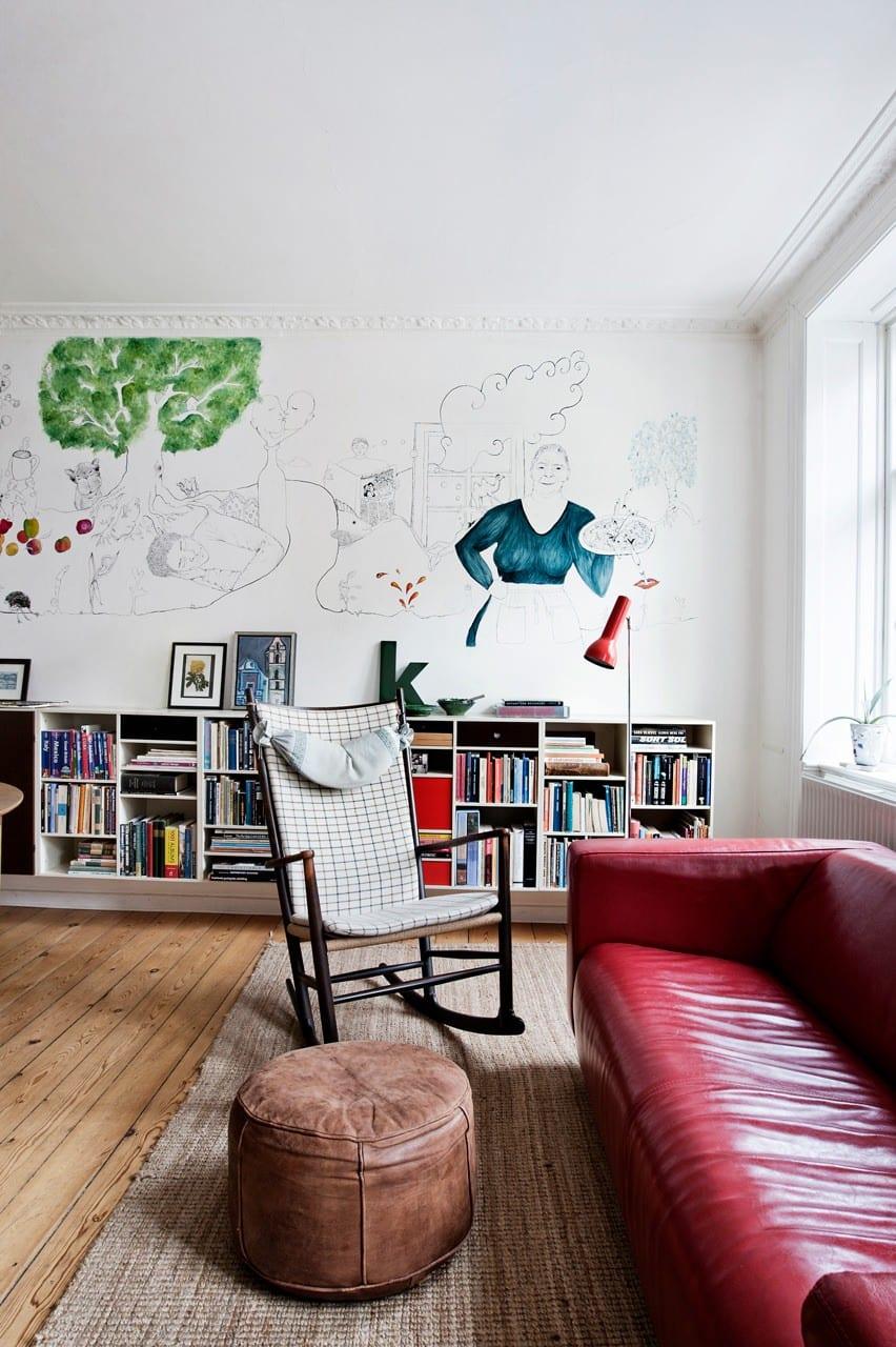 Vægmaleri i alrummet kom efter ombygning fra 3 til 5 værelses lejlighed. På alrummets endevæg er et vægmaleri ved at blive færdiggjort af en af husets døtre.