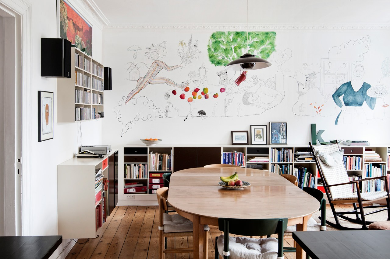 Vægmaleri i alrummet. På alrummets endevæg er et vægmaleri ved at blive færdiggjort af en af husets døtre.