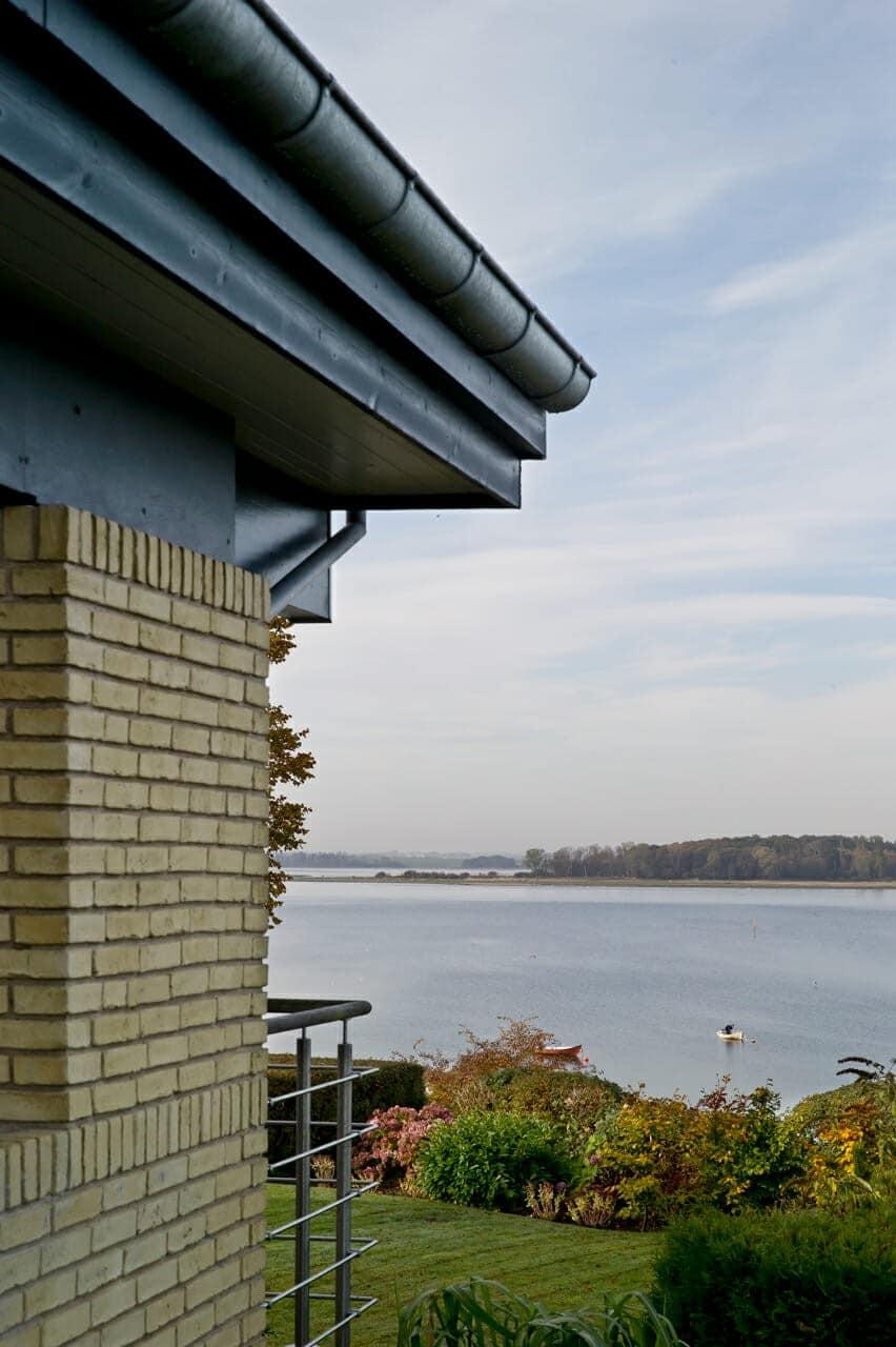 I forbindelse med tagudskiftningen har huset fået nye vindskeder og tagrender. Fra den vestvendte terrase er der en fantastisk panoramaudsigt over fjorden.