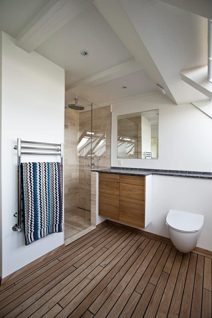 Det nye badeværelse er holdt enkelt og stilrent. Skråvinduerne er i energiglas.