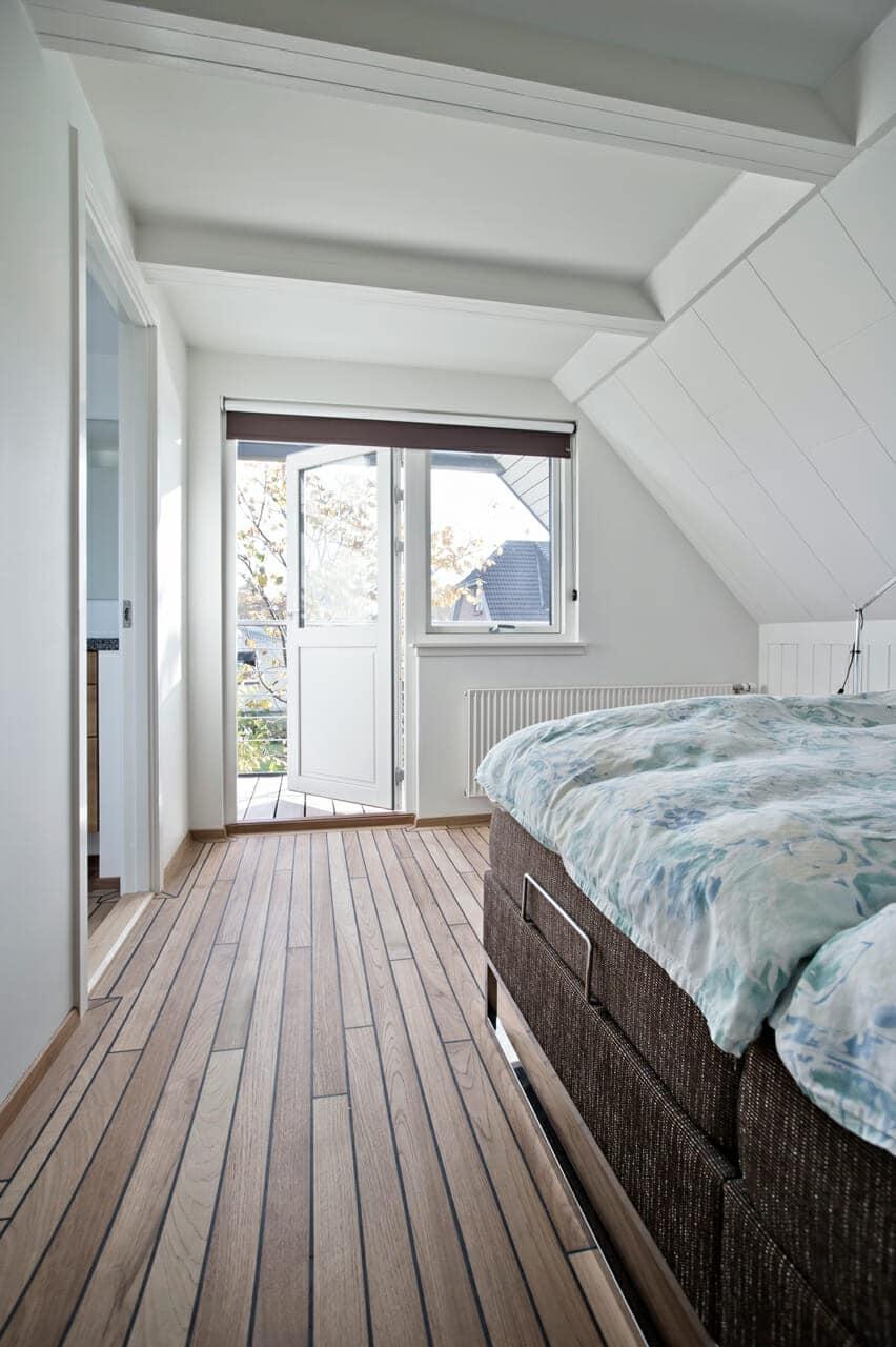 Det nye soveværelse på 1. salen er lyst og indbydende. En skydedør giver direkte adgang til toilet og bad.