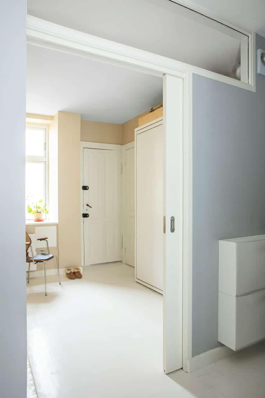 Glasrude over dør mellem værelse og gang giver bedre dagslys i lejligheden.