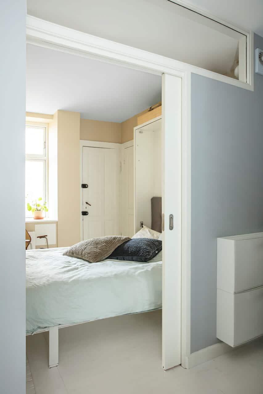 Indbygget vægseng giver god udnyttelse af pladsen i lejligheden.