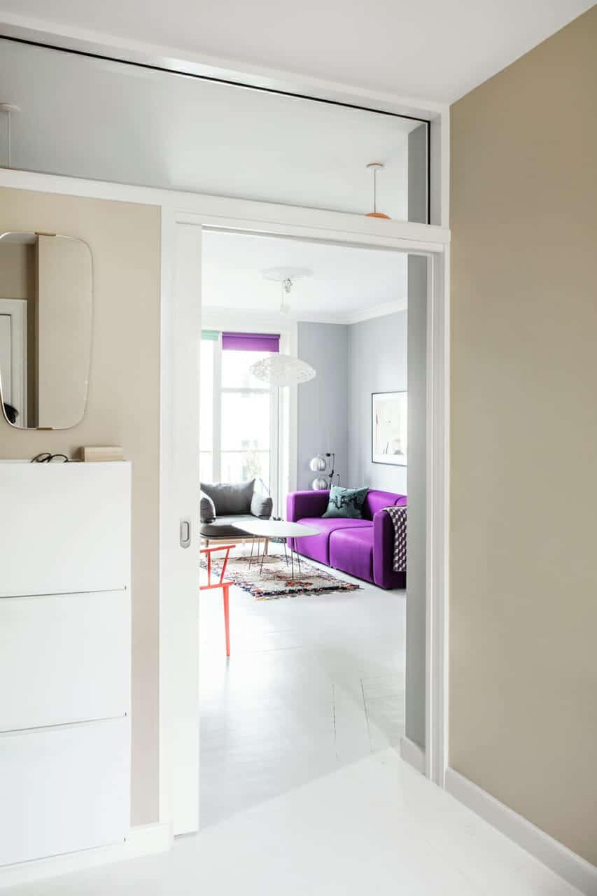 Ombygning af lejligheden fremtryllede plads og dagslys, glasrude over dør giver bedre dagslys i lejligheden