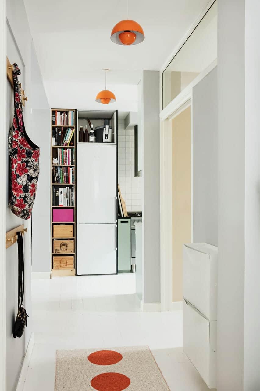 Ombygningen af lejligheden fremtryllede plads og dagslys, glasrude over døren giver bedre dagslys i gangen