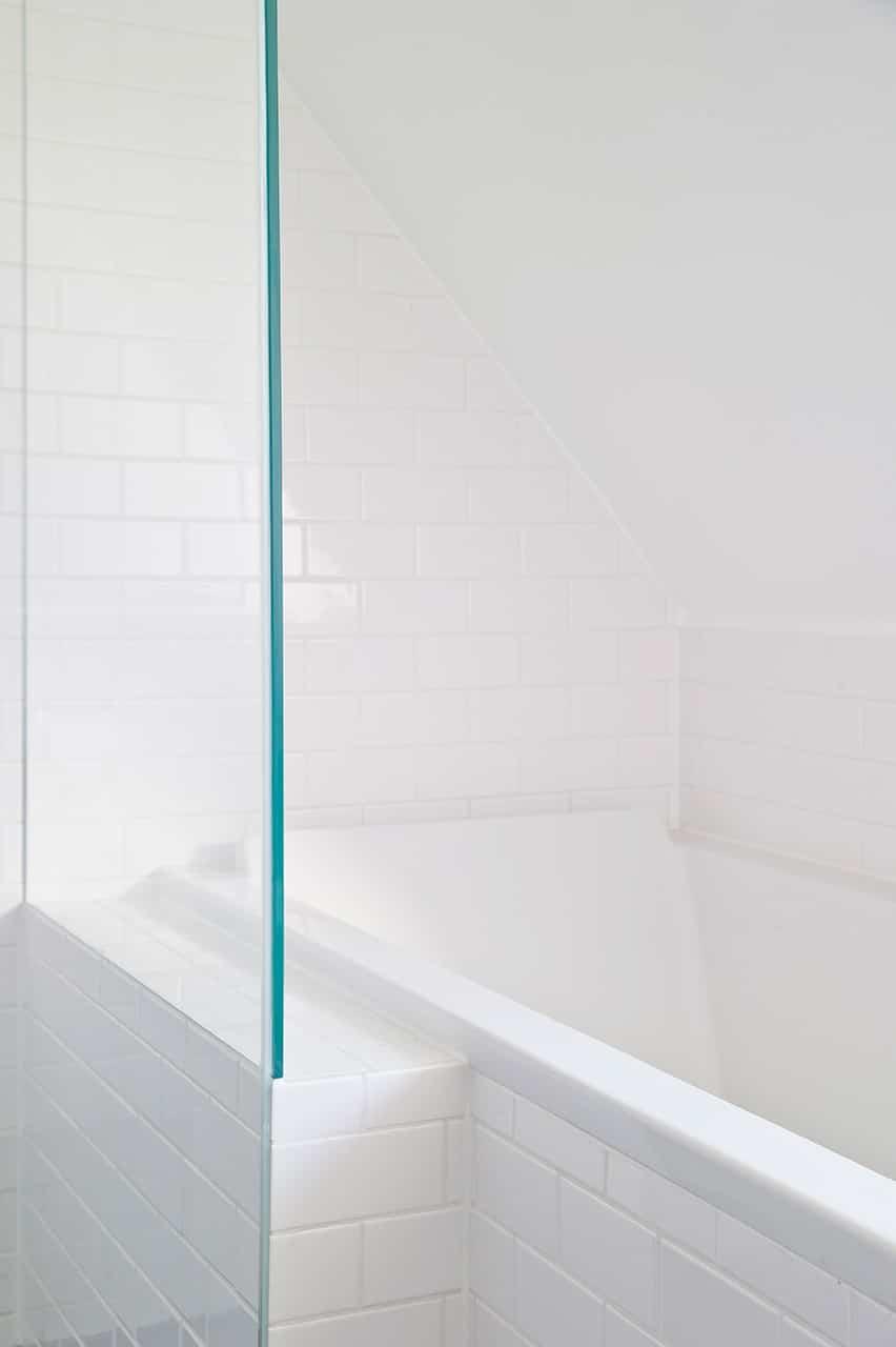 Glasvæggene i brusenichen er fuget og limet uden brug af metalskinner, hvilket giver et minimalistisk og transparent udtryk