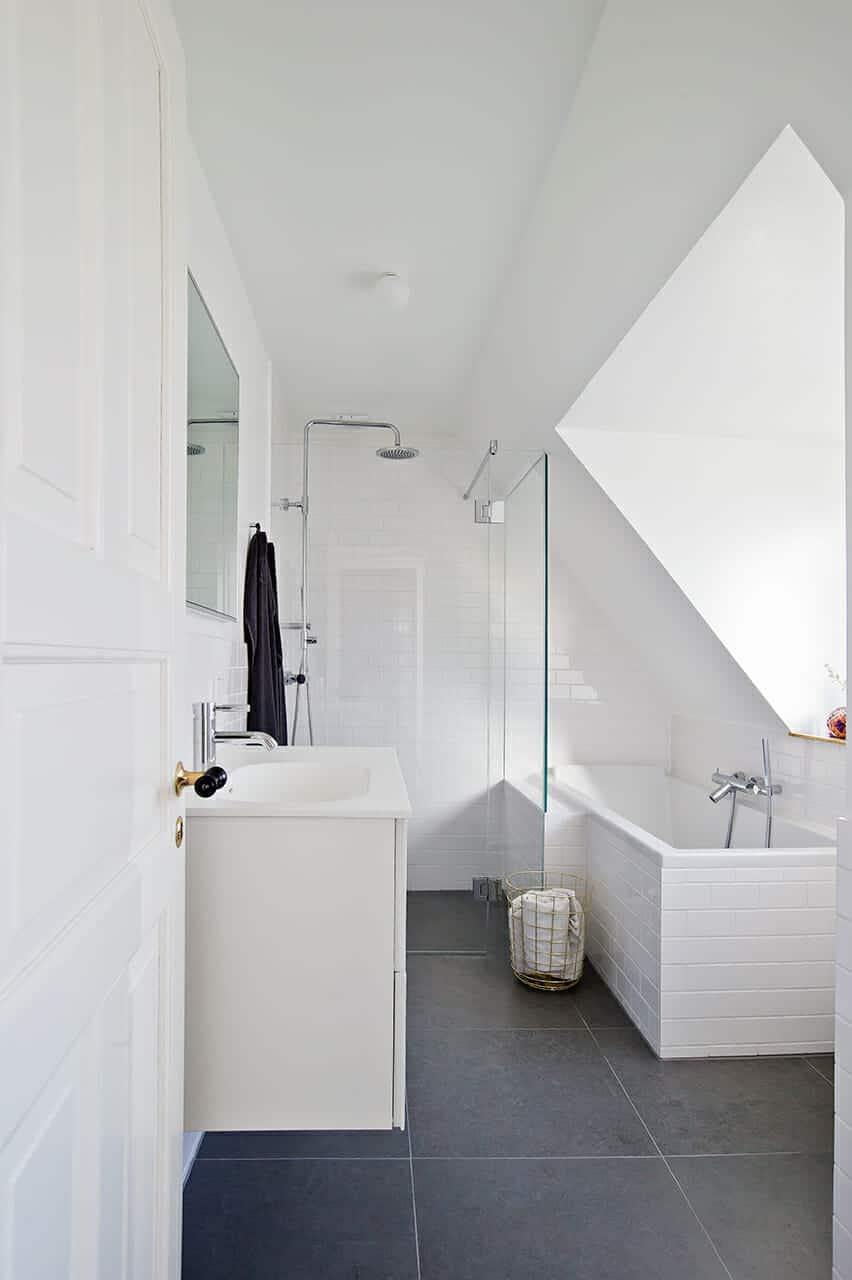 Nyt badeværelse virker mere rummeligt med det minimalistiske udtryk