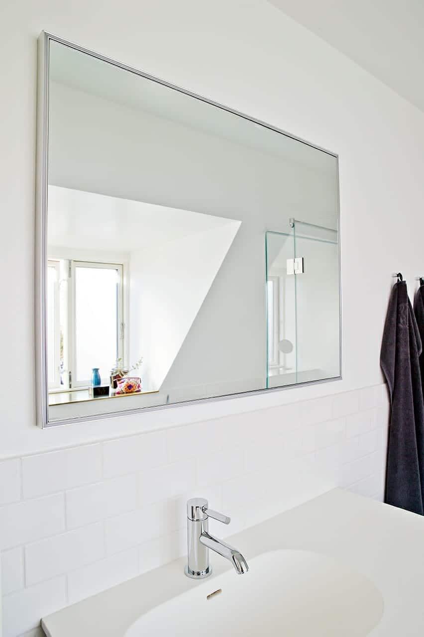 Spejl over metrofliser på badeværelset