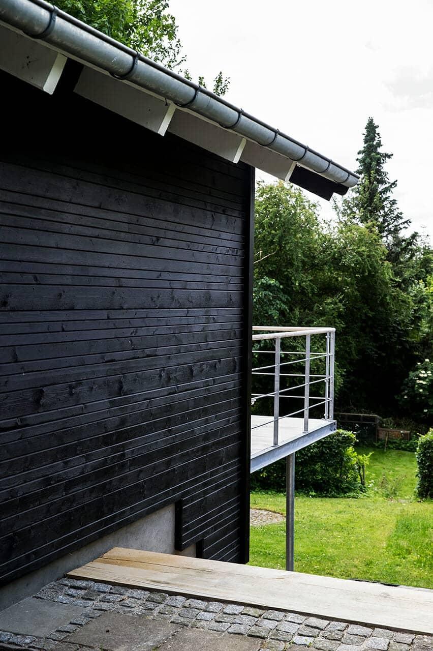 Nyrenoveret facade og nybygget altan med smuk udsigt over grunden.