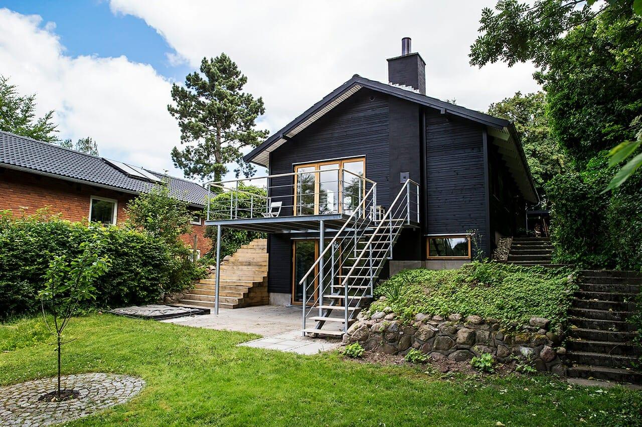 Tidligere var det sorte træbeklædte hus et gult murstenshus.