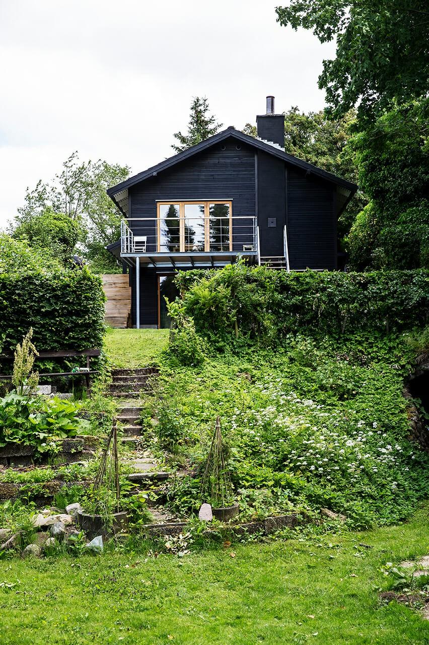 Fra gult murstenshus til sort træhus på fantastisk skrånende grund i flere niveauer, m4 Arkitekter