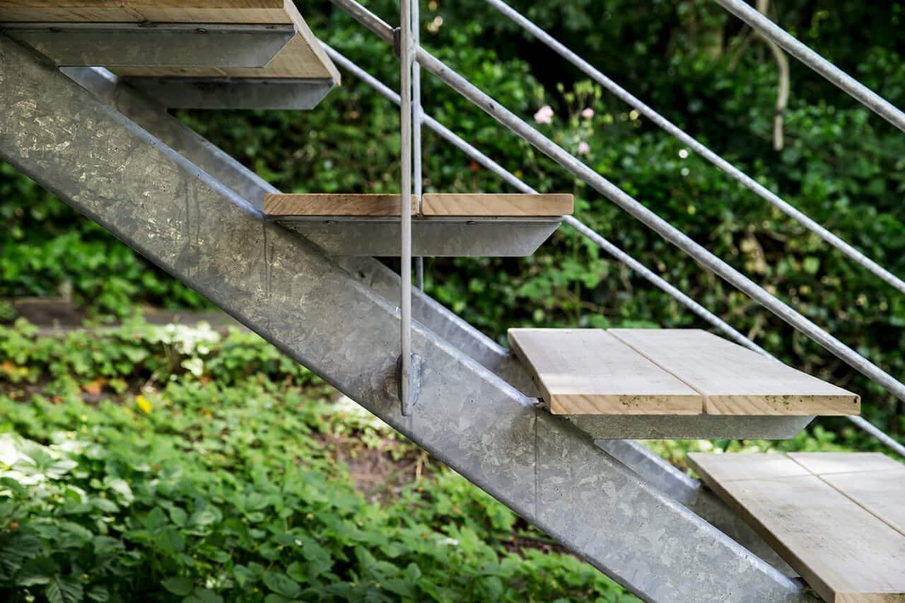 Trætrin og metaltrappe giver lethed i udtrykket