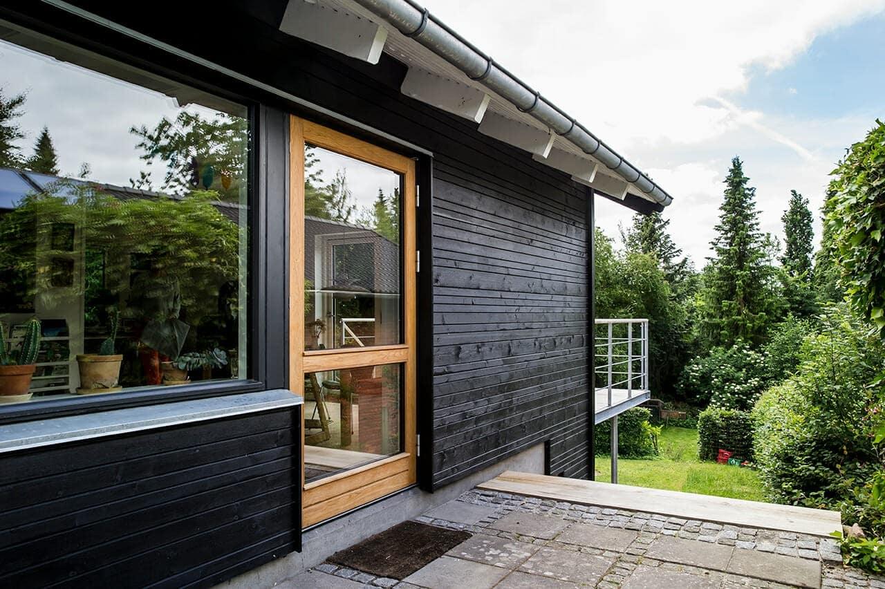Fra gult 1960'er hus til sort træhus, med oplukkelige døre og vinduer i kontrastfarve