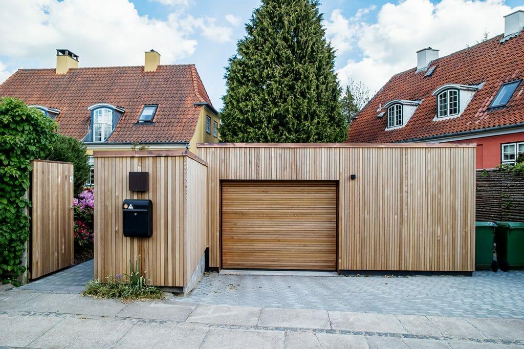 Bevaringsværdigt hus fra 1920 blev gennemrenoveret, ny carport og skur beklædt med cedertræ står i fin kontrast til det oprindelige hus