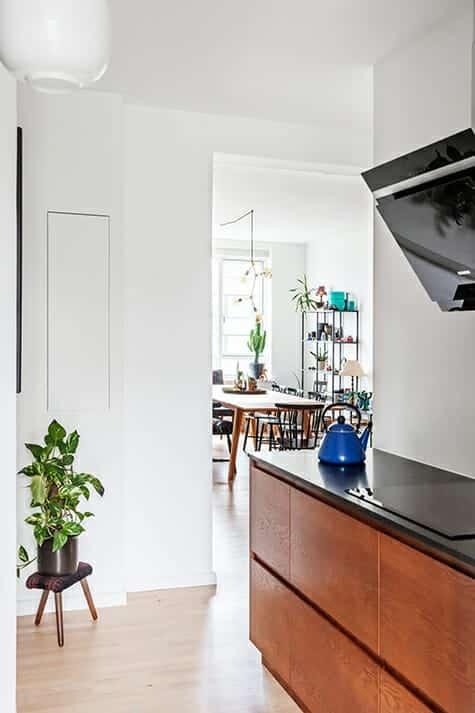 Kig fra arkitekttegnet og snedkerbygget køkken i lejligheden til stuen