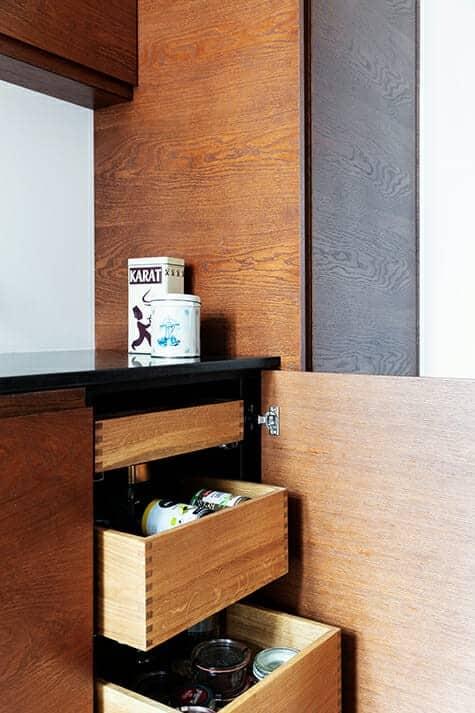 Nyt arkitekttegnet køkken i lejlighed fra 1930'erne har mange lækre detaljer og opbevaringsmuligheder