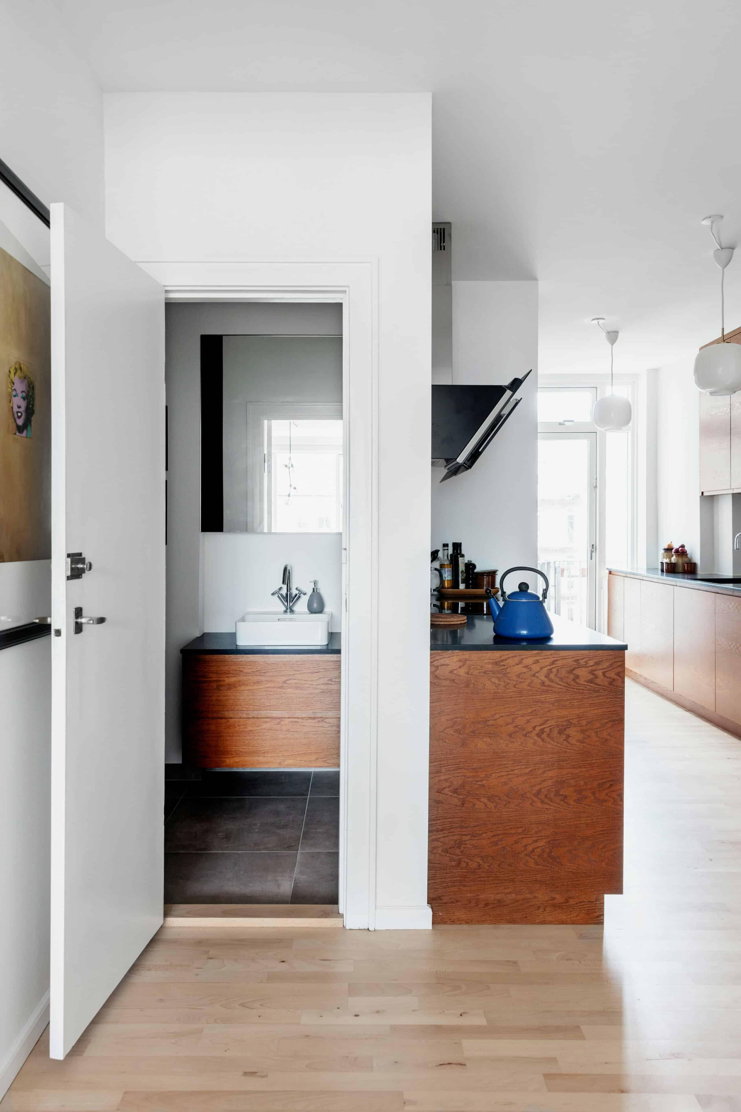 Nyt bad og køkken tegnet af arkitekt i lejlighed i funkisstil