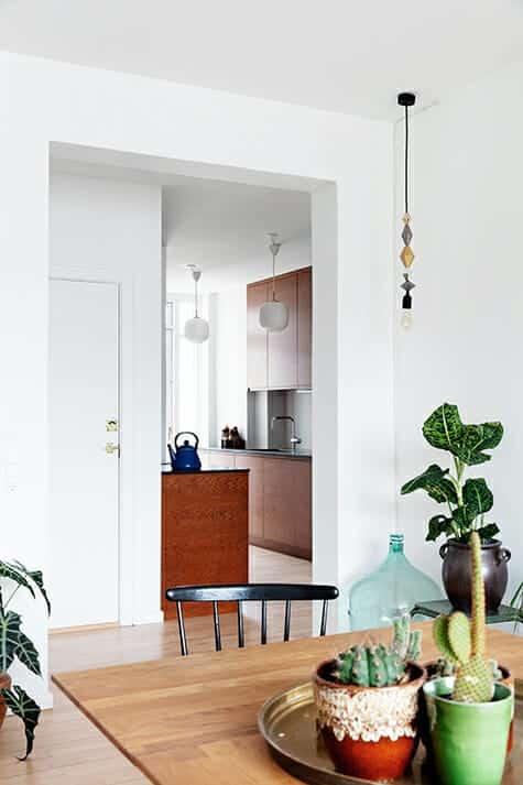 Kig fra spisestue til nyt køkken i ombygget lejlighed tegnet af arkitekt