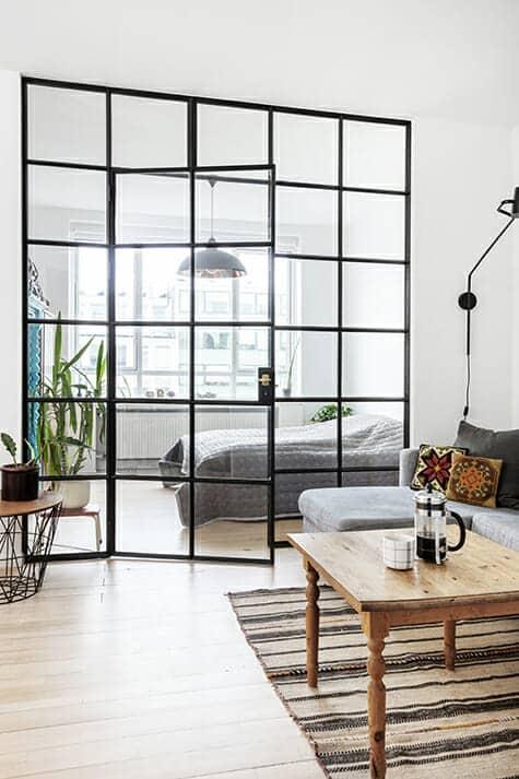 Funkislejlighed fra 1930'erne fik nyt værelse med glasvæg tegnet af arkitekt, som lader dagslyset passere på tværs gennem den nyrenoverede lejlighed