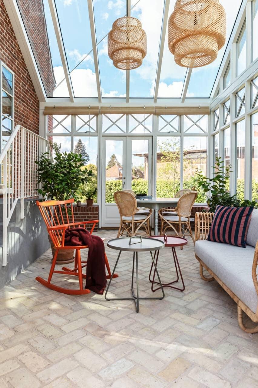 Spiseplads og hyggekrog i arkitekttegnet orangeri