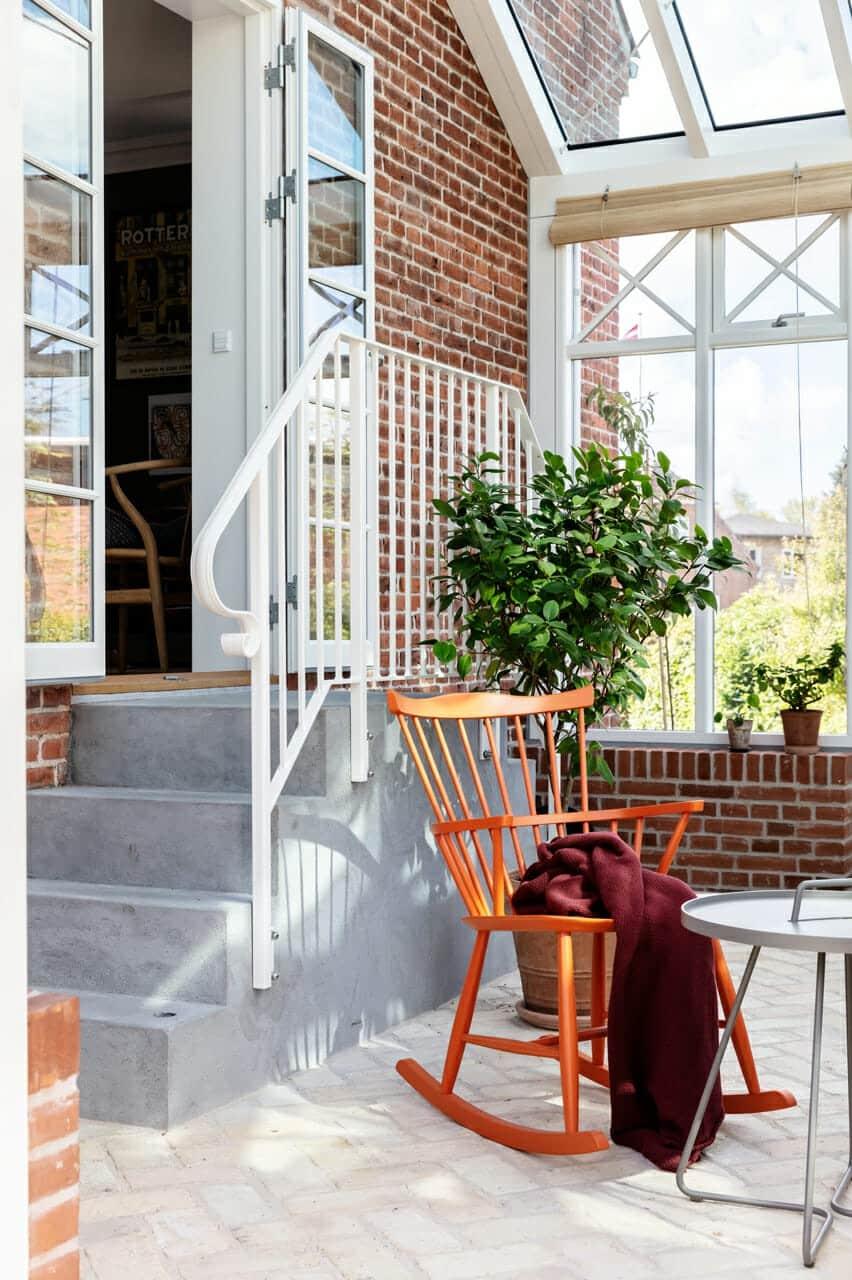 Trappe med smukt hvidt gelænder forbinder murermestervilla med arkitekttegnet orangeri