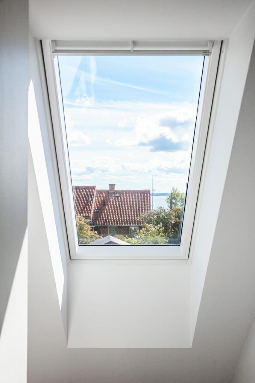 Nyt ovenlysvindue giver lys og luft på førstesalen i villa fra 1940'erne