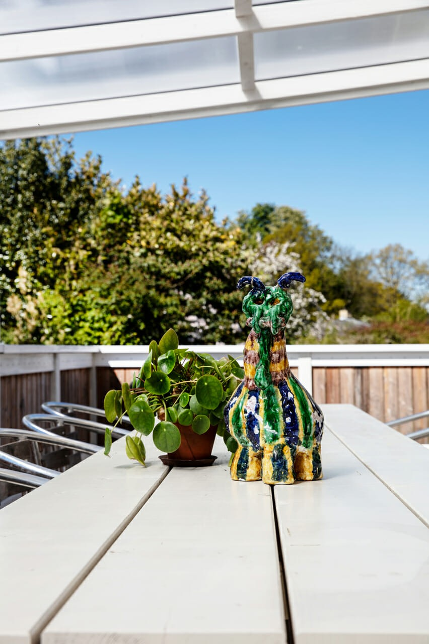 Figur og plante hygger på terrassen