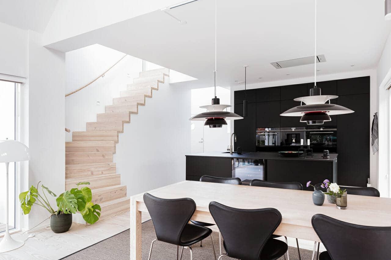 Køkken og spiseplads i ombygget arkitekttegnet villa