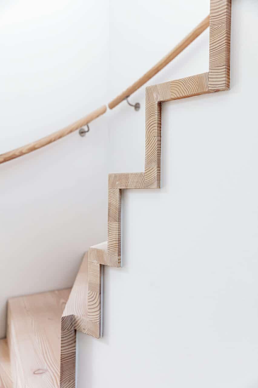 Ny trappe i ombygget villa med ny 1. sal, trætrappe fører op til førstesalen