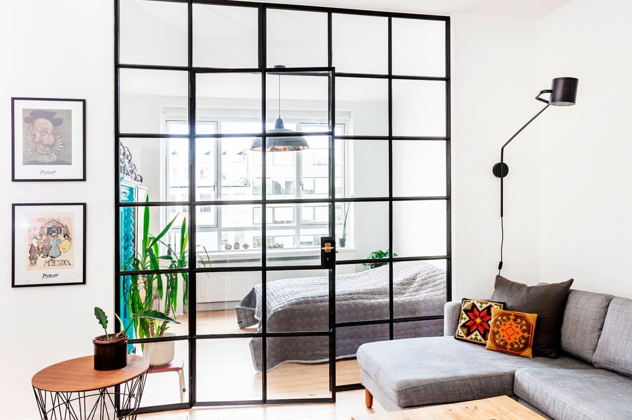 Glasvæg mellem soveværelse og stue i arkitekttegnet ombygning af lejlighed