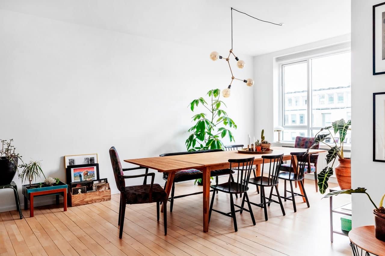 Spisestue i funkislejlighed har fået plads til mange gæster efter ombygning, hvor arkitekten lavede ny planløsning i lejlighed