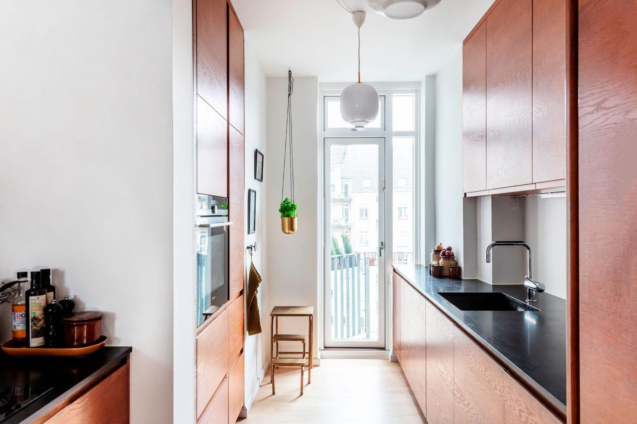 Nyt arkitekttegnet og snedkerbygget køkken i bejdset eg i lejlighed i funkisstil