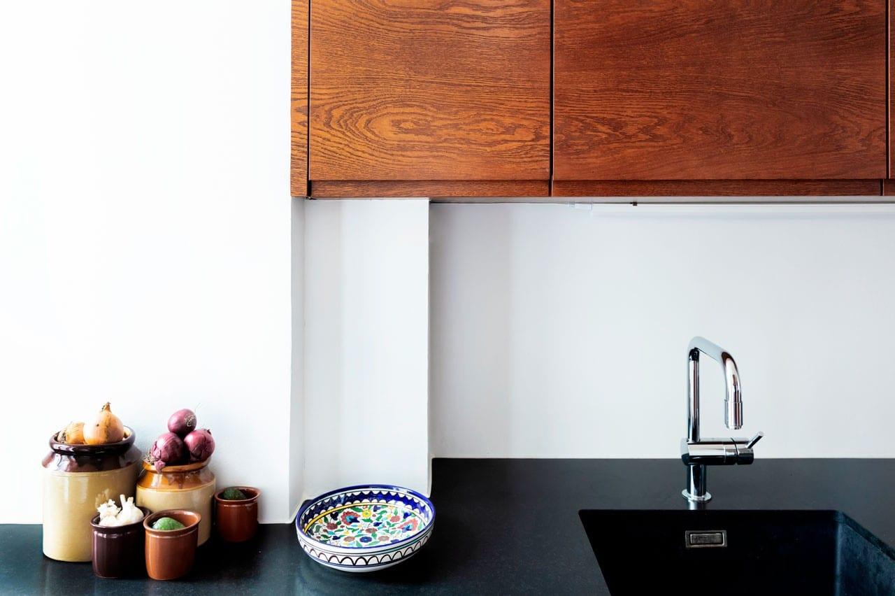Bejdset egetræ og bordplade i granit i køkken tegnet af arkitekt og bordplade i granit