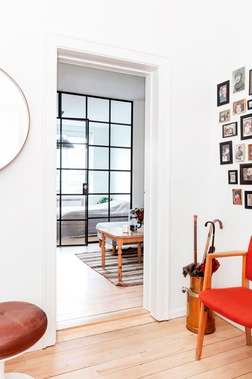 Kig fra funkislejlighedens entre til stuen og soveværelset med glasvæg som arkitekten foreslog at etablere for at få mest mulig glæde af dagslyset